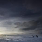 Deux randonneurs face aux éléments