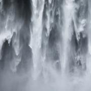 En tombant les rideaux d'eau de Skogafoss créent des formes changeant insaisissables qui hypnothisent. Ces formes sont à la fois caractéristiques de cette cascade et uniques à chaque prise.