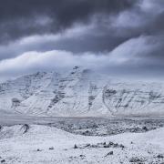 L'immense coulée de lave de besekjahauran saupoudrée de neige.