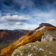 plateau d'Ambel en automne: roc de Toulau
